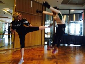 FOTO: Daniel Armando Fossan. Multi-talentet Hanne Myrnes viser Nina Solheim noen triks!