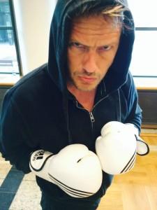 FOTO: Daniel Armando Fossan. Jørgen gikk rett inn i Rocky-modus med en gang han fikk på hansker!