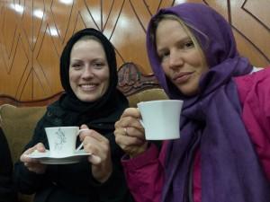 Et besøk i Kabul inneholder ikke bare judo, men også mengder av tedrikking. F.v. Marit Øvstedal og Birgit Ryningen.