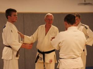 Thoresen instruerer kata på seminar.