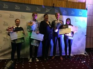 Julie (til venstre) sammen med Ordfører Rita Ottervik og de andre utøverne. FOTO: Ståle Wikdahl