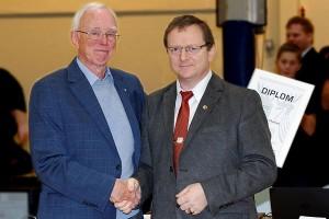 Carl August Thoresen tildeles 5. dan av visepresident Svein Erik Rud. FOTO: Christian Wolff