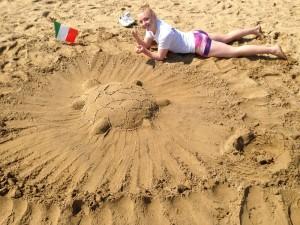 Cecilie ble vinner av sandskulptur-konkurransen. Foto: Anders Dahlin
