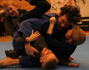 Judo på Ridderuka. Rått parti: 3 mot 1 i newaza fikk latteren frem. FOTO: Kim Brynildsen
