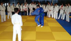 Judo: Oilers juniorer følger nøye med når judotrenerne demonstrerer teknikk. FOTO: Rune Andersen