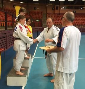 Special Olympics Gøteborg: Julie Wikdahl mottar en velfortjent sølvmedalje under premiesermonien. FOTO: Ståle Wikdahl.