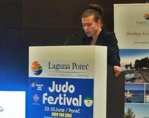 Birgitte Ursin presenterer sin Bachelor-oppgave i Poreç, Kroatia. FOTO: Stine Lastein